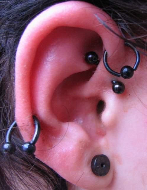 kolczyki w uchu