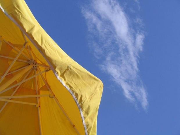 Turcja, wakacyjne kontrasty #parasol #kontrast #niebo #wakacje #urlop #chmura #kolor #żółty