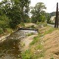BURGRABICE (Opolskie) - potok Mora,wypływający z Rep.Czeskiej, koryto zostało uregulowane, by zapobiec kolejnym powodziom #Burgrabice #GminaGłuchołazy #PrzegórzeSudeckie #Mora #rzeka #potok #góry #Sudety #powódź #Opolszczyzna