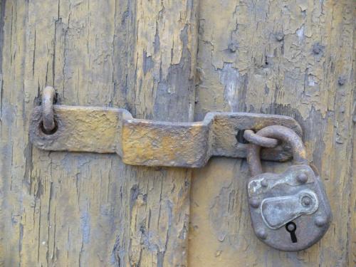 Czasem zamykamy się przed innymi - to czyni nas tajemniczymi, interesującymi, jednak zakładając kłódkę możemy nigdy nie zostać odkryci...