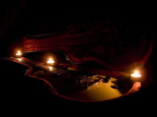 Niech spoczywa w spokoju... #gitara #świece #świeczki #futerał